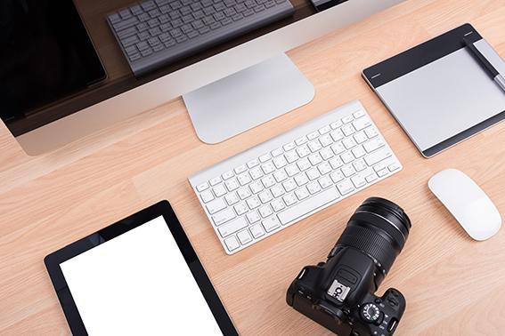 kamera ja tietokone pöydällä