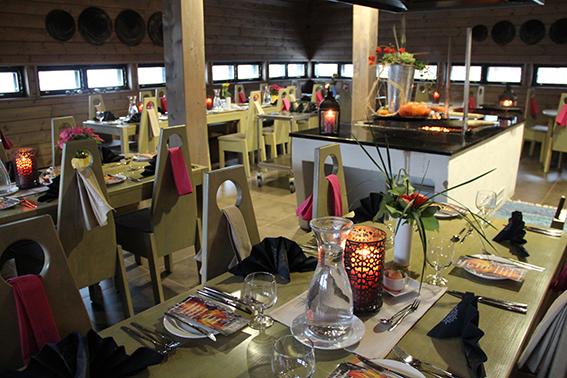 sisäkuva kotaravintola Prännin katetuista pöydistä