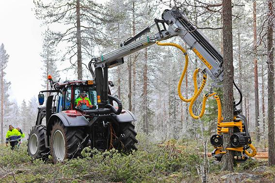 metsätraktori metsässä puita harventamassa
