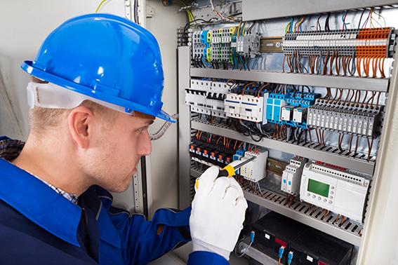 sähköasentaja korjaamassa sulakkeita