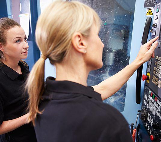 Opiskelijat työskentelevät CNC-laitteella