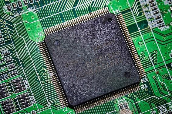 lähikuva tietokoneen piirilevystä